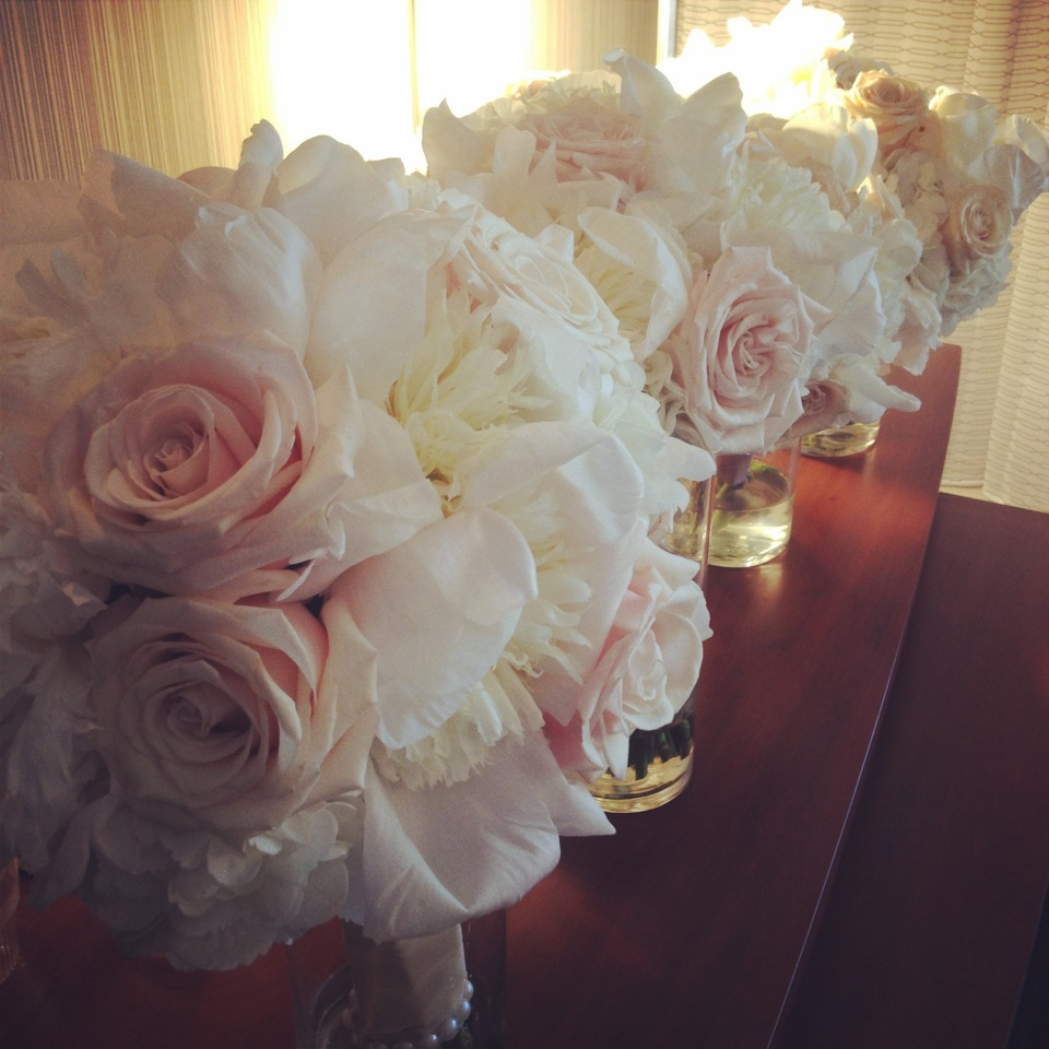 Soft bouquets in tones of white, ivory and champagne