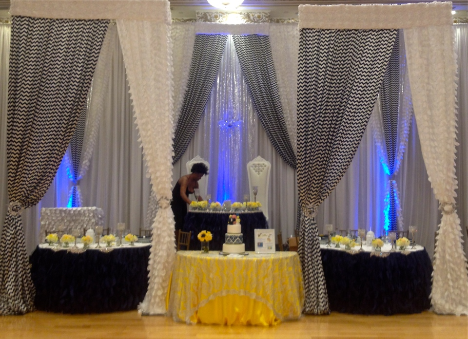 Yellow and Navy Head Table Design